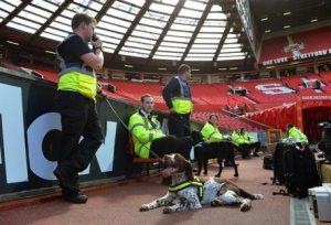 Old Trafford, le tribune dopo l'evacuazione.