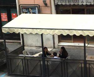 +++ PER GENTILE CONCESSIONE DEL CORRIERE DELLO SPORT +++ Il sindaco di Roma Virginia Raggi (s) a pranzo in un ristorante nella zona di Piazza Indipendenza con l'assessora alla Mobilità Linda Meleo, Roma, 21 settembre 2016. ANSA/CORRIERE DELLO SPORT